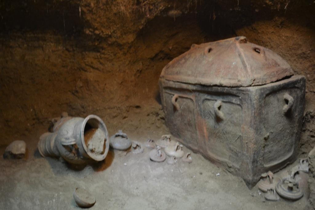 Minoan-tomb-grave-goods.jpg